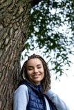 Retrato de un adolescente positivo con las trenzas trenzadas Ella sonríe ampliamente y mira con confianza Imágenes de archivo libres de regalías