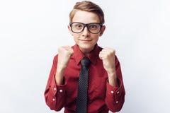 Retrato de un adolescente positivo y emocional, fondo blanco, vidrios, camisa roja, tema del negocio, publicidad, Imagenes de archivo