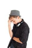 Retrato de un adolescente que lleva un sombrero con los auriculares Imágenes de archivo libres de regalías