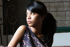 Retrato de un adolescente que mira hacia fuera la ventana Fotos de archivo libres de regalías