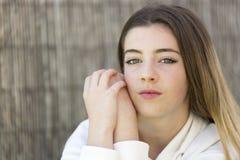Retrato de un adolescente que mira la cámara Fotografía de archivo