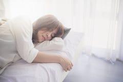 Retrato de un adolescente que pone en la cama Fotos de archivo