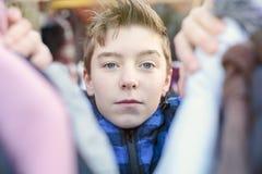 Retrato de un adolescente que se está ocupando la ropa Foto de archivo libre de regalías