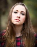 Retrato de un adolescente rubio oscuro hermoso en un bosque Imagenes de archivo