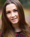 Retrato de un adolescente rubio oscuro hermoso en un bosque Imagen de archivo