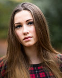 Retrato de un adolescente rubio oscuro hermoso en un bosque Fotos de archivo libres de regalías