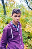 Retrato de un adolescente serio en un bosque del otoño Fotos de archivo libres de regalías