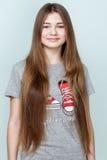 Retrato de un adolescente sonriente hermoso con el pelo largo Fotografía de archivo libre de regalías