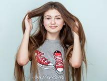 Retrato de un adolescente sonriente hermoso con el pelo largo Fotos de archivo libres de regalías