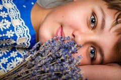 Retrato de un adolescente sonriente hermoso con un ramo de flores Imagen de archivo libre de regalías