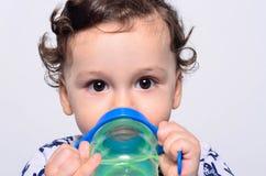 Retrato de un agua potable del niño lindo de la botella Fotografía de archivo libre de regalías
