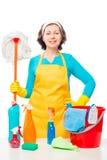 Retrato de un ama de casa con una fregona y los agentes de limpieza fotos de archivo libres de regalías