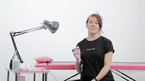Retrato de un amo femenino atractivo del tatuaje Muchacha elegante con los dreadlocks en un fondo blanco y rosado del estudio almacen de metraje de vídeo