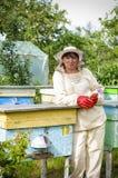 Retrato de un apicultor de la mujer con la flor Fotos de archivo