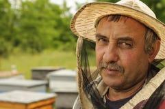 Retrato de un apicultor en el colmenar Imagen de archivo