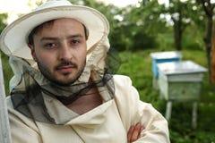 Retrato de un apicultor en el colmenar Imagen de archivo libre de regalías