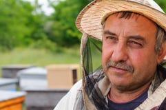 Retrato de un apicultor en el colmenar Foto de archivo