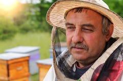 Retrato de un apicultor en el colmenar Fotografía de archivo