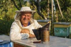 Retrato de un apicultor en el colmenar en la colmena Fotografía de archivo libre de regalías