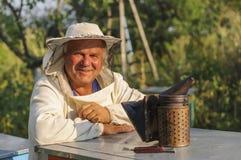 Retrato de un apicultor en el colmenar en la colmena Imagen de archivo