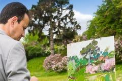 Retrato de un artista que trabaja al aire libre en el parque o el jardín Foto de archivo