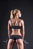 Retrato de un atleta hermoso de la muchacha con una pesa de gimnasia en estudio imágenes de archivo libres de regalías