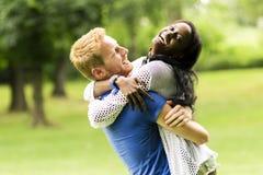 Retrato de un baile feliz y del abrazo de los pares en la naturaleza al aire libre fotos de archivo libres de regalías
