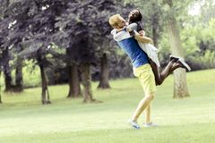 Retrato de un baile feliz y del abrazo de los pares en la naturaleza al aire libre imagen de archivo