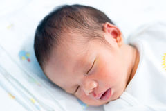 Retrato de un bebé asiático durmiente hermoso en cama Imagenes de archivo
