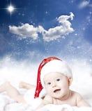 Retrato de un bebé con el sombrero de Papá Noel Foto de archivo