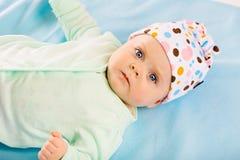 Retrato de un bebé en un casquillo Imágenes de archivo libres de regalías