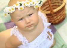 Retrato de un bebé lindo en una guirnalda Imagenes de archivo
