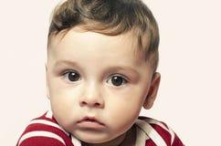 Retrato de un bebé lindo que mira la cámara Imagen de archivo libre de regalías