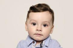 Retrato de un bebé lindo que mira la cámara Foto de archivo libre de regalías