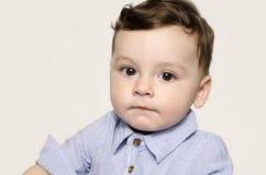 Retrato de un bebé lindo que mira la cámara Fotografía de archivo
