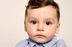 Retrato de un bebé lindo que mira la cámara Imagen de archivo