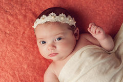 Retrato de un bebé que lleva una venda del cordón y de la perla fotos de archivo libres de regalías