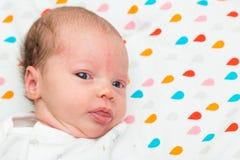 Retrato de un bebé recién nacido que mira la cámara Imagenes de archivo