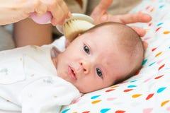 Retrato de un bebé recién nacido que mira la cámara Foto de archivo libre de regalías