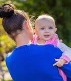 Retrato de un bebé sonriente Fotografía de archivo libre de regalías