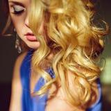 Retrato de un blonde de ojos azules muy atractivo, sensual con hai Fotografía de archivo