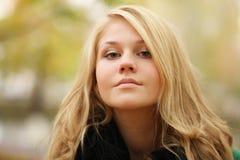 Retrato de un blonde hermoso en abrigo de invierno del otoño Imagen de archivo