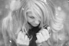 Retrato de un blonde hermoso en abrigo de invierno del otoño Fotografía de archivo