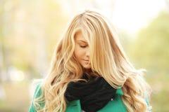 Retrato de un blonde hermoso en abrigo de invierno del otoño Fotografía de archivo libre de regalías