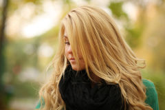 Retrato de un blonde hermoso en capa del otoño Imagen de archivo libre de regalías