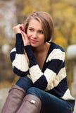 Retrato de un blonde hermoso en el fondo de la naturaleza Foto de archivo libre de regalías