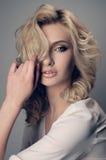 Retrato de un blonde hermoso La foto entonó el filt del instagram del estilo imagen de archivo