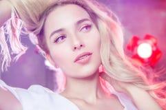 Retrato de un blonde joven hermoso Foto de archivo libre de regalías