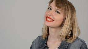 Retrato de un blonde joven hermoso almacen de metraje de vídeo