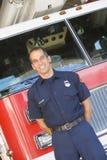Retrato de un bombero por un coche de bomberos Imagenes de archivo